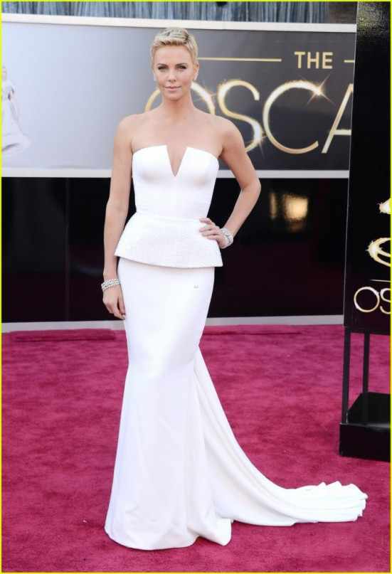 charlize-theron-oscars-2013-red-carpet-03-699x1024